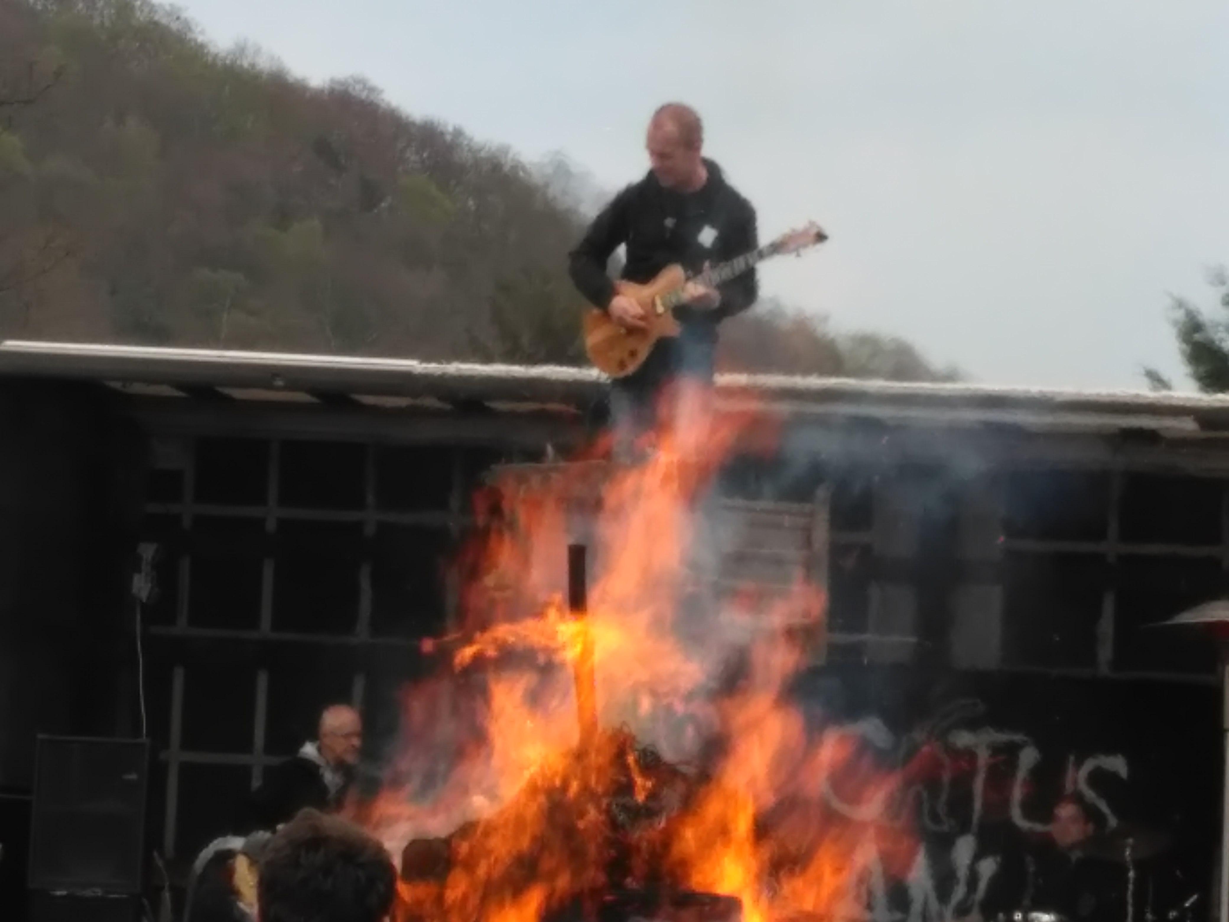 Solówki na platformie dźwigowej w wykonaniu gitarzysty Catus Anus