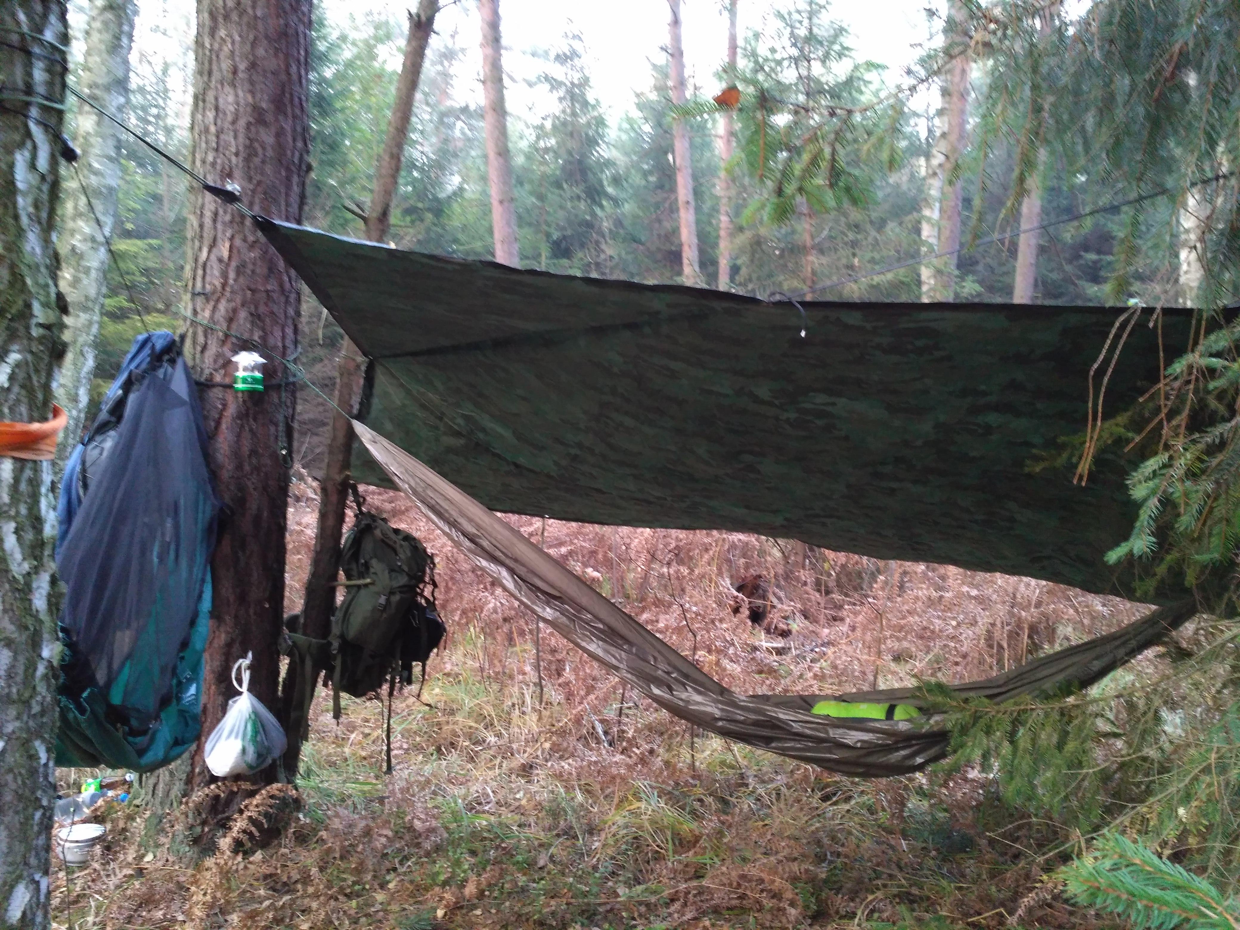 Październikowe hamakowanie w lampą namiotową w tle