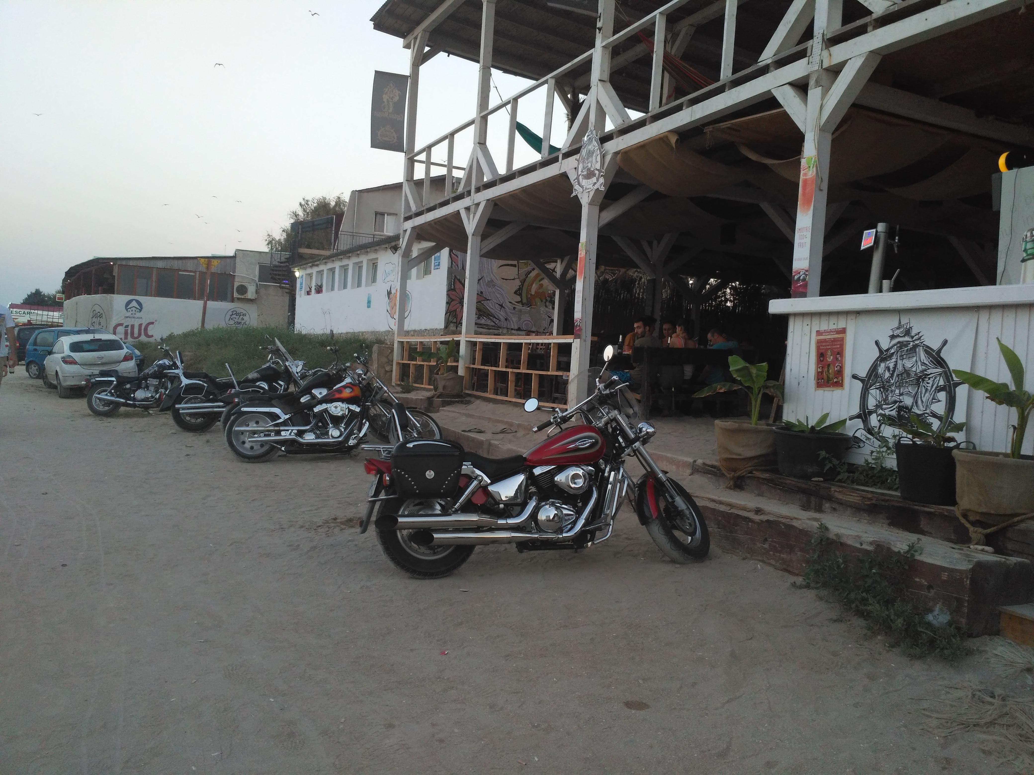 Motocyklowo-metalowy bar na plaży