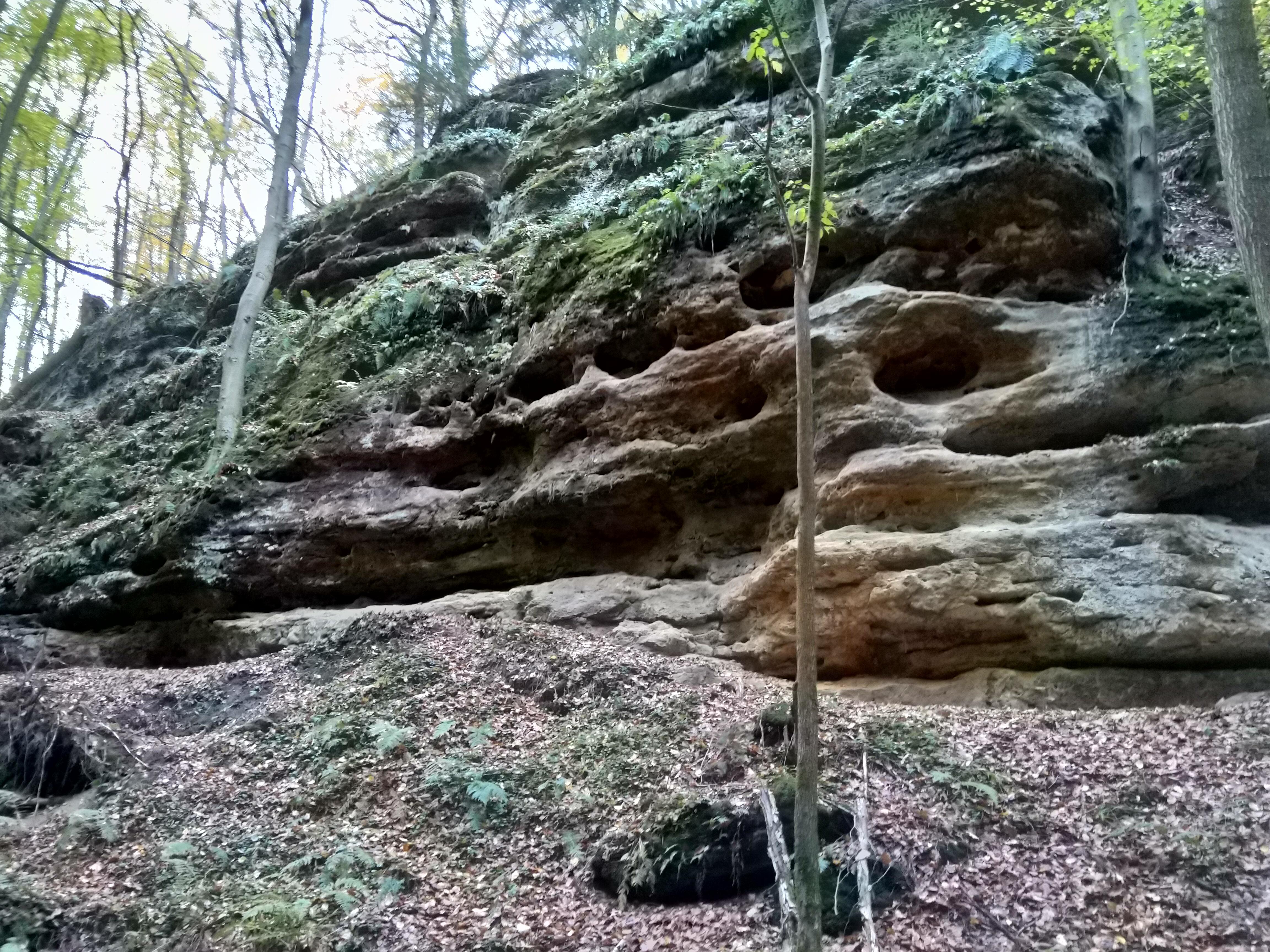 Piaskowe skały towarzyszyły nam na każdym kroku