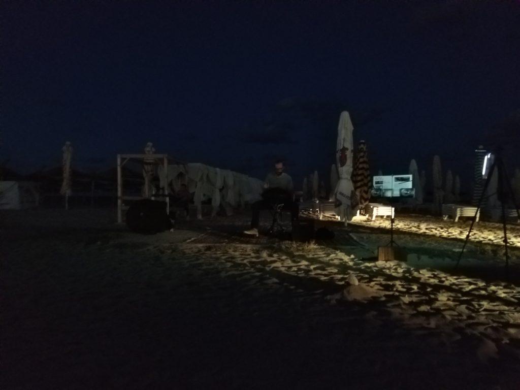 Spontaniczny koncert na plaży. Człowiek z hand-panem.