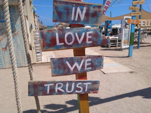 A to w zasadzie nie jest pusty slogan w Vama Veche. Tam wciąż duch miłości jest wyczuwalny w powietrzu.
