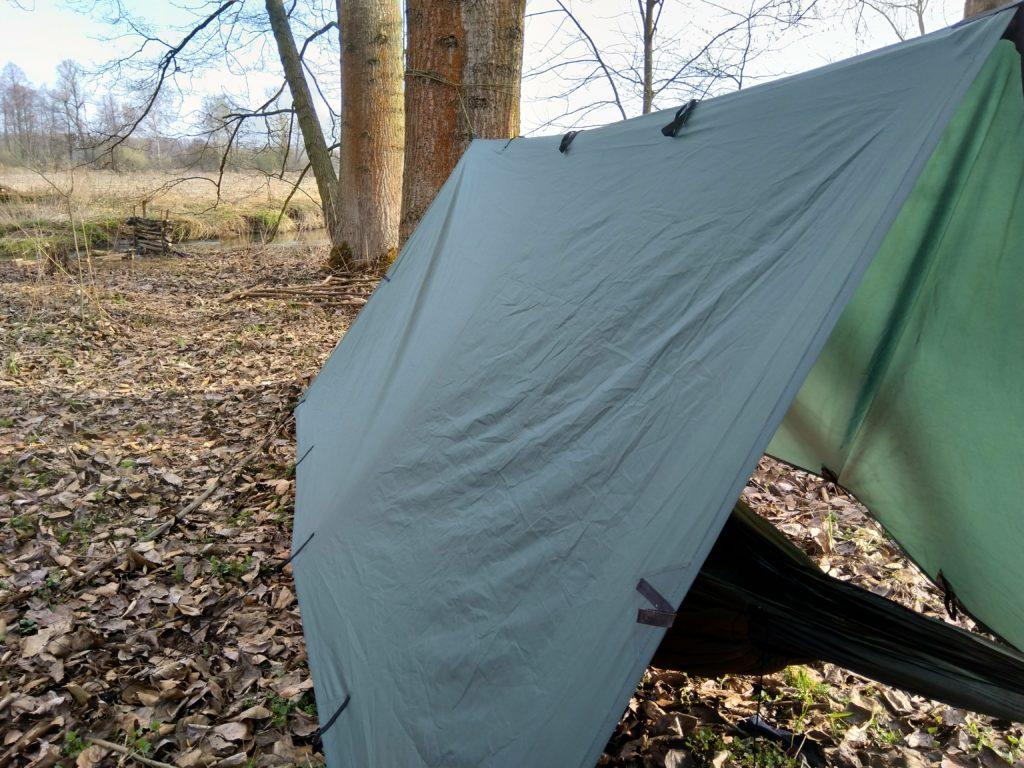 Ciaśniej upięty tarp w walce z porywistym wiatrem
