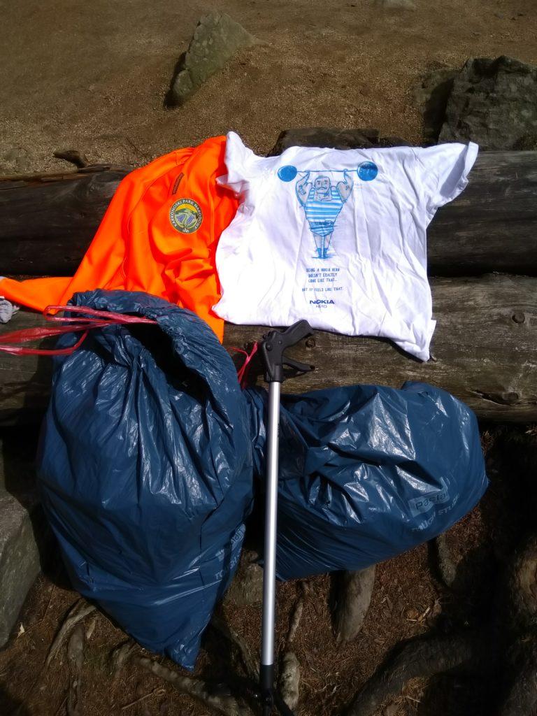 Nasze EDC: Kamizelka wolontariusza, okazjonalna koszulka, worki i chwytaki