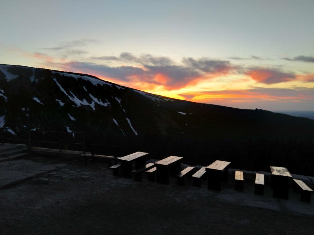 Po zachodzie słońca góry nabierają barw