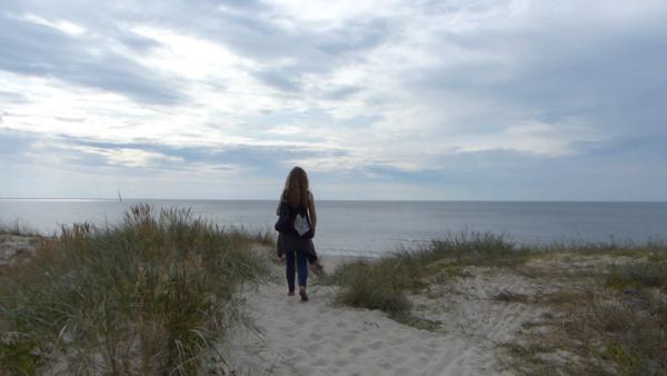 Wchodzimy na opustoszałą plażę Mierzei niedaleko granicy z Rosją